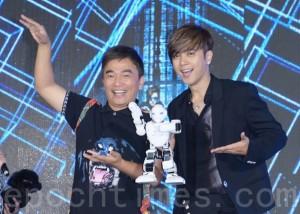 """罗志祥""""CRAZY WORLD疯狂世界""""世界巡回演唱会记者会于2016年4月29日在台北举行记者会。吴宗宪惊喜现身,带来小罗机器人。(黄宗茂/大纪元)"""
