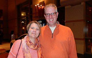 Mark Koehler先生和太太Chris Koehler女士4月29日(星期五)晚观看了神韵巡回艺术团在新泽西表演艺术中心的精彩演出,为神韵所讲述的故事而深深感动。 (卫泳/大纪元)