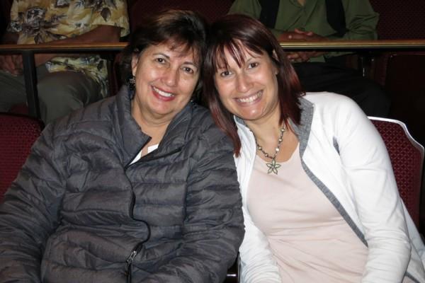 前舞蹈演员Veronica Swarens(右)和母亲Toni Daube于2016年4月29日晚,观看了神韵纽约艺术团在圣巴巴拉的格兰纳达剧院(Granada Theatre, Santa Barbara)进行的演出。(李旭生/大纪元)