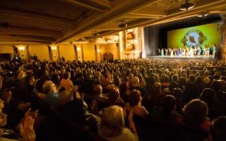 4月29日晚,神韻紐約藝術團2016年巡演抵達加州聖巴巴拉市(Santa Barbara),在格拉納達劇院(Granada Theater)進行了首場的演出。全場爆滿,一票難求。(季媛/大紀元)