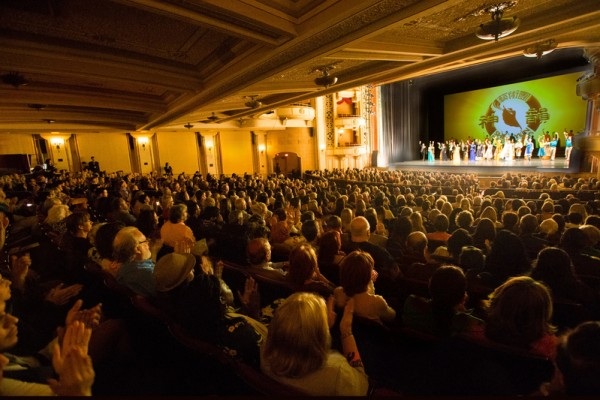 4月29日晚,神韵纽约艺术团2016年巡演抵达加州圣巴巴拉市(Santa Barbara),在格拉纳达剧院(Granada Theater)进行了首场的演出。全场爆满,一票难求。(季媛/大纪元)