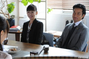 松雪泰子(左)说竹野内丰有时候突然搞笑,害她不小心笑场。(纬来提供)