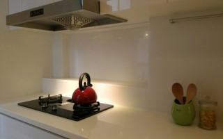 潔白寬敞的廚房,(十億)出品的紅色琺壺,擺在爐上有畫龍點睛之妙。(賴友容/大紀元)