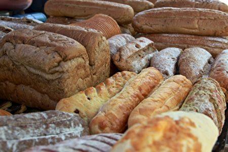 全麥飄香的窯烤麵包,口感札實。(許享富 /大紀元)