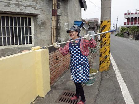美麗、熱心又能幹的吳太太,練就一手粉刷牆壁的好功夫。(廖素貞/大紀元)