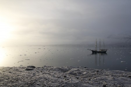 停留在海上的帆船,是航行上不可缺乏的交通工具。(李姿玲)