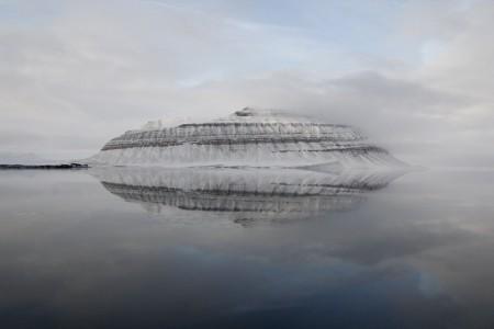 平静的北极海宛如镜子一样,映照着海上小岛。(李姿玲)