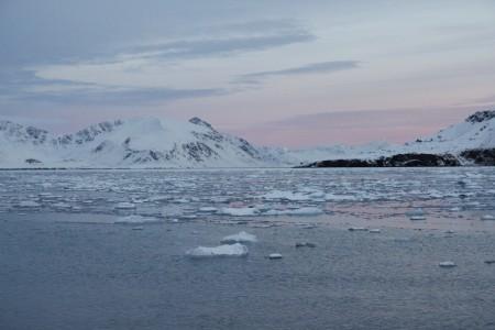 冰、海、光三个元素,是北极之行中最常见到的美景。(李姿玲)