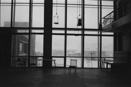 采矿城市Pyramiden,照片是在前苏维埃政权时期留下的艺文中心里面往外拍市中心,里面有图书馆,电影院,音乐厅,甚至篮球场。(李姿玲)