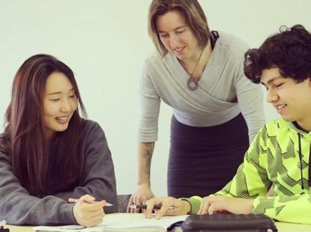 参加语言学校课程,也能让英语进步,认识各国朋友。(图:天下留学提供)