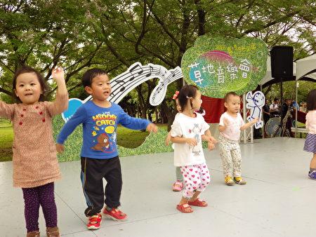 許多小朋友意猶未盡的衝上舞台,隨著音樂舞動起來!(廖素貞/大紀元)