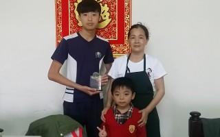 自强儿童许瑞翔(左)与外婆(右)及表弟。(嘉义家扶提供)