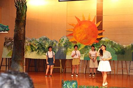 高二美术班及语资班同学,以自创曲吟唱大师诗作<山雨>、<阿土山赞>。(李撷璎/大纪元)