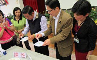 何秉圣(右)与钟祥铭(左)亲自向民众示范食品过氧化氢残留简易。(新竹市府提供)