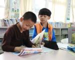 學童在圖書室享受閱讀時光。(龍昇國小/提供)