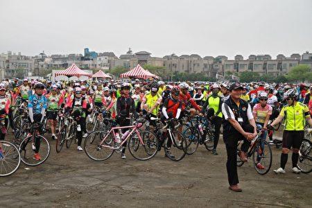 苗栗不落113,自行車隊在活動前做暖身運動。(許享富 /大紀元)