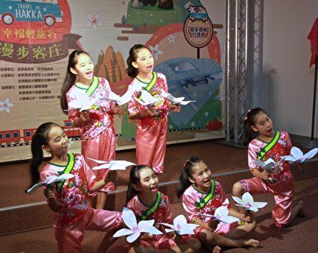 建中國小學童演出「桐花滿山城」歌舞迎賓。(許享富 /大紀元)