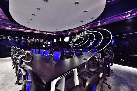 大會議室牆面上,還有個同心圓弧型,吸引人們的目光。(克俐凱文建築空間設計提供)