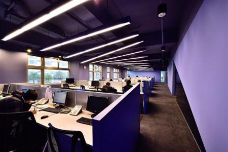 辦公室的燈光擺設訂製為波浪形,流動屬陽,帶來昂揚。(克俐凱文建築空間設計提供)