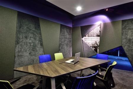 在會議室牆面拼貼中嵌入真相照片,提醒莫忘初衷。(克俐凱文建築空間設計提供)