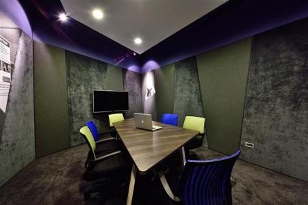 會議室兼具會客室、小型會議室和攝影棚的功能。(克俐凱文建築空間設計提供)