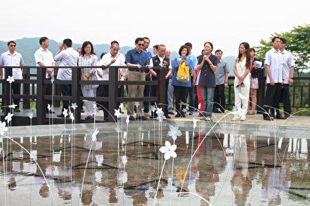 马总统与来宾欣赏地景艺术之美的创作理念。(许享富 /大纪元)