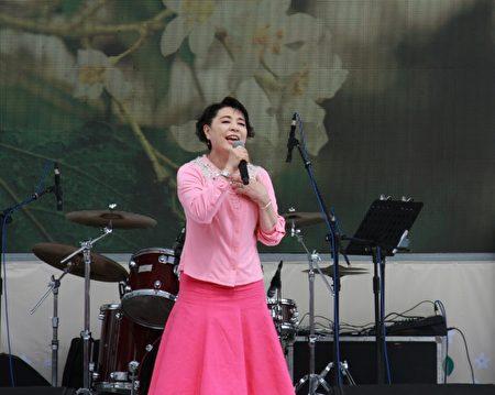 """客家桐花祭开幕,声乐家简文秀献唱""""客家本色""""。(许享富 /大纪元)"""