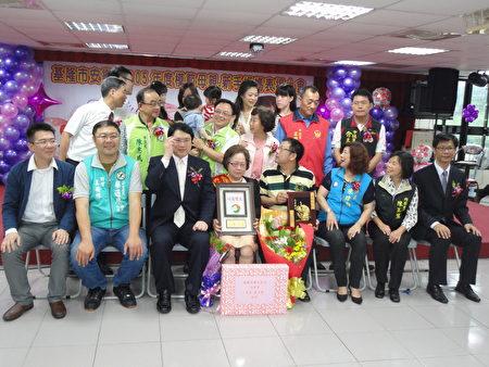 安樂區公所表揚模範母親及新手媽媽。(陳秀媛/大紀元)
