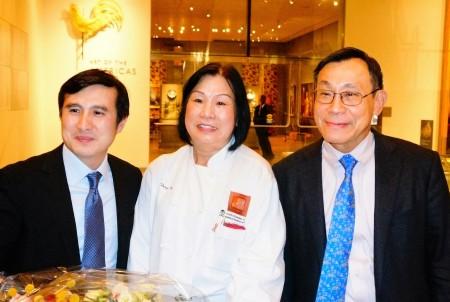 加斯林首席科学家金良城(右)与获奖者徐千田医生(左)、名厨甄碧凤(中)合影。(贝拉/大纪元)