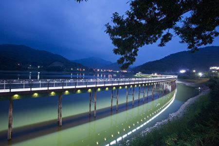 全州亚中湖水原本是农业用水而修建的亚中蓄水池,由于农业用水的需求逐渐降低,全州市将这里设置为了休闲散心、观光旅行的旅游景点。(韩国全州市厅提供)