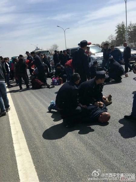 4月1日,北京市通州區潞城鎮胡各莊村近300名村民到鎮政府遊行示威,途中遭百餘名警察鎮壓。(網絡圖片)