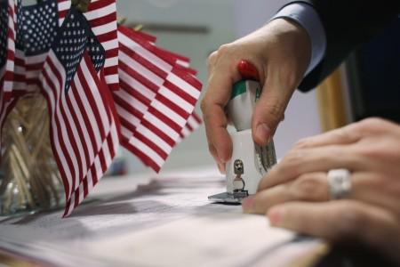 美国国税局(IRS)公布资料显示,今年第2季共有508名美国人放弃公民身份,使今年放弃美籍人数可能创下史上第2高。(John Moore/Getty Images)