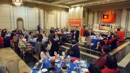 羅智強在巴爾地摩舉辦的「兩萬里路雲和月  野臺美加客廳會」活動中與僑胞互動。(林帆/大紀元)