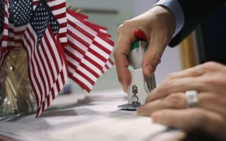 美国2017财年的H-1B工作签证,移民局仍将采电脑抽签方式决定获得8.5万个名额的幸运儿,这样的情况未来还可能每年上演,美国企业也将继续绞尽脑汁想出增加中签率的招数。(John Moore/Getty Images)