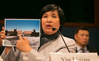 尹丽萍向美国国会议员展示辽宁省马三家教养院照片。(李莎/大纪元)