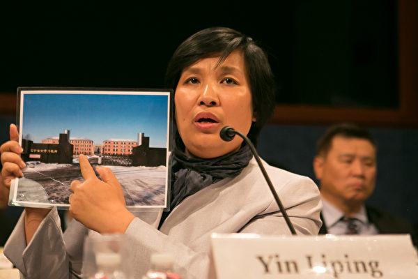 尹麗萍向美國國會議員展示遼寧省馬三家教養院照片。(李莎/大紀元)