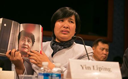 法輪功學員尹麗萍在聽證會上講述她在瀋陽「黑監獄」遭受群體性侵害等恐怖經歷,令人髮指。(李莎/大紀元)