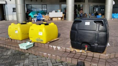 安置老年人的避难所前安放的储水罐以方便灾民使用。(萧桦/大纪元)