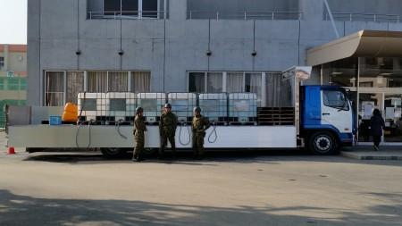 自卫队运来六大桶储蓄罐方便灾民取水。(萧桦/大纪元)