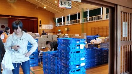 御船小学校体育馆由避难所变为救灾物资存放地。(萧桦/大纪元)