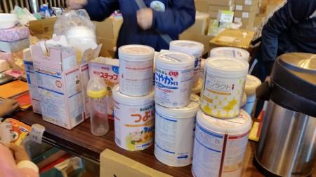 避难所为婴儿准备的各种类奶粉。(萧桦/大纪元)