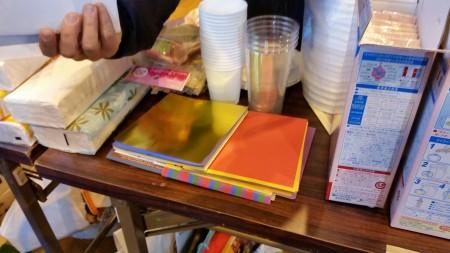 避难所为孩子们准备的折纸。(萧桦/大纪元)