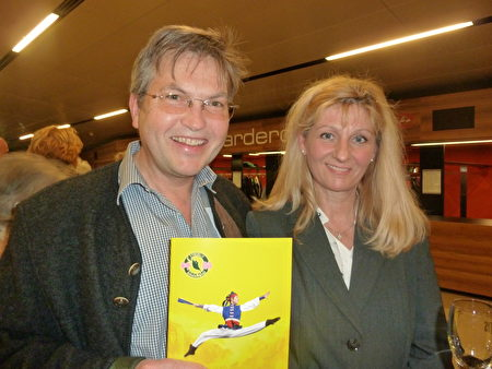 曾经在一家跨国公司担任海外总代理的Peter Kitzer先生与妻子观赏了神韵演出。(安然/大纪元)
