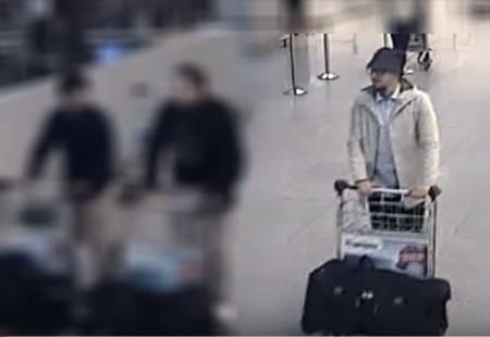 在布鲁塞尔遭遇恐怖袭击后,警方3月28日公布了布鲁塞尔机场袭击中白衣戴帽男子的画面。(youtube视频截图)