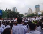 广东深圳港资雅骏眼镜制造有限公司工人罢工持续升级,4月28日,数千工人围堵龙岗区政府,一度与警察发生冲突,3名工人被抓捕。(网络图片)