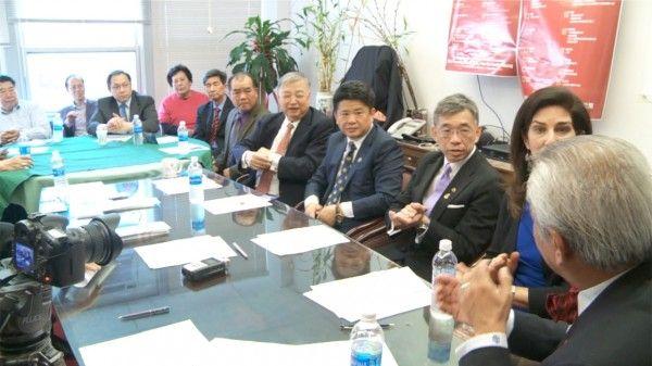 郑永佳(右三)及其支持者14日在记者会上。 (新唐人电视截图)