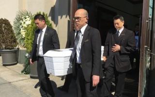 4月13日装着小郑琳芯的灵柩被抬出法拉盛全福殡仪馆,运往火化。(林丹/大纪元)