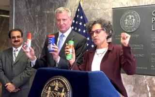 纽约市长白思豪与市健康局长Mary Bassett宣导兹卡防御措施。 (李兰/大纪元)