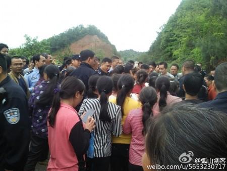 4月10日至11日,江西贛州市贛縣王母渡鎮數千村民抗議建垃圾處理場,與上千警爆發衝突。(網絡圖片)