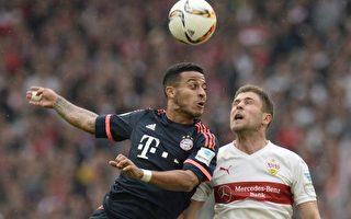 卫冕冠军拜仁慕尼黑客场3-1力克斯图加特。图为双方球员争顶头球瞬间。 (THOMAS KIENZLE/AFP/Getty Images)